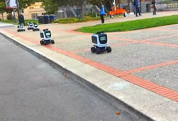 Atento de no pisar a Kiwibot, el robot repartidor de comida